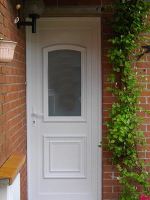 porte blanche traditionnelle avec vitre