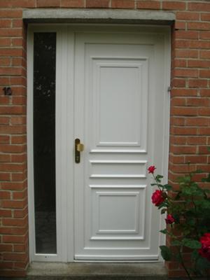 porte blanche avec entrée en poussant