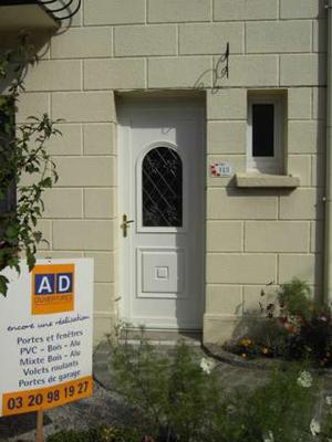 porte pvc blanche avec entrée fleurie