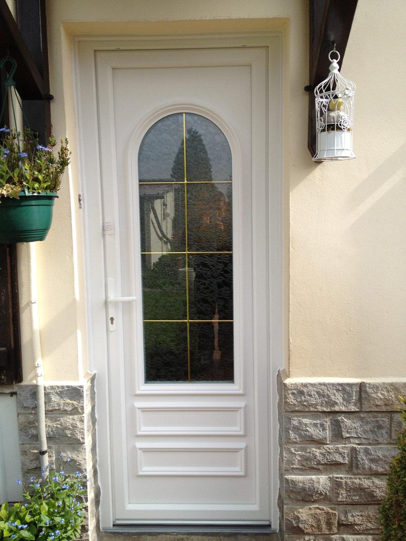 installation de porte blanche classique avec vitre