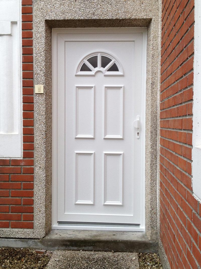 installation d'une porte blanche en cité
