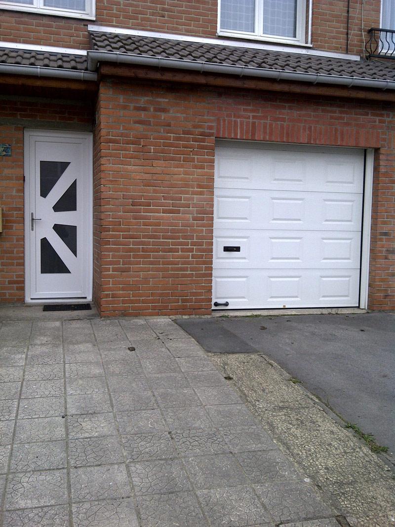 maison avec ouvertures blanches classiques