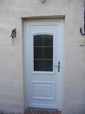 petite maisonnée avec porte traditionnelle