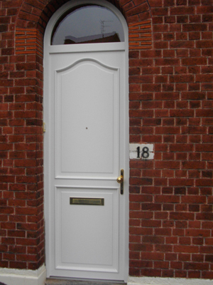 maison avec une porte blanche