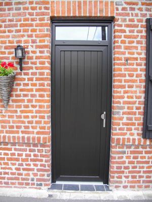 porte de bois pleine et noir de style traditionnel