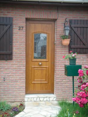 porte enbois d'une entrée avec fleurs