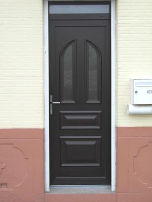 porte noire traditionnelle et classique (pleine)