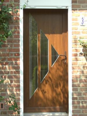 entrée en bois classique avec vitres dans la porte