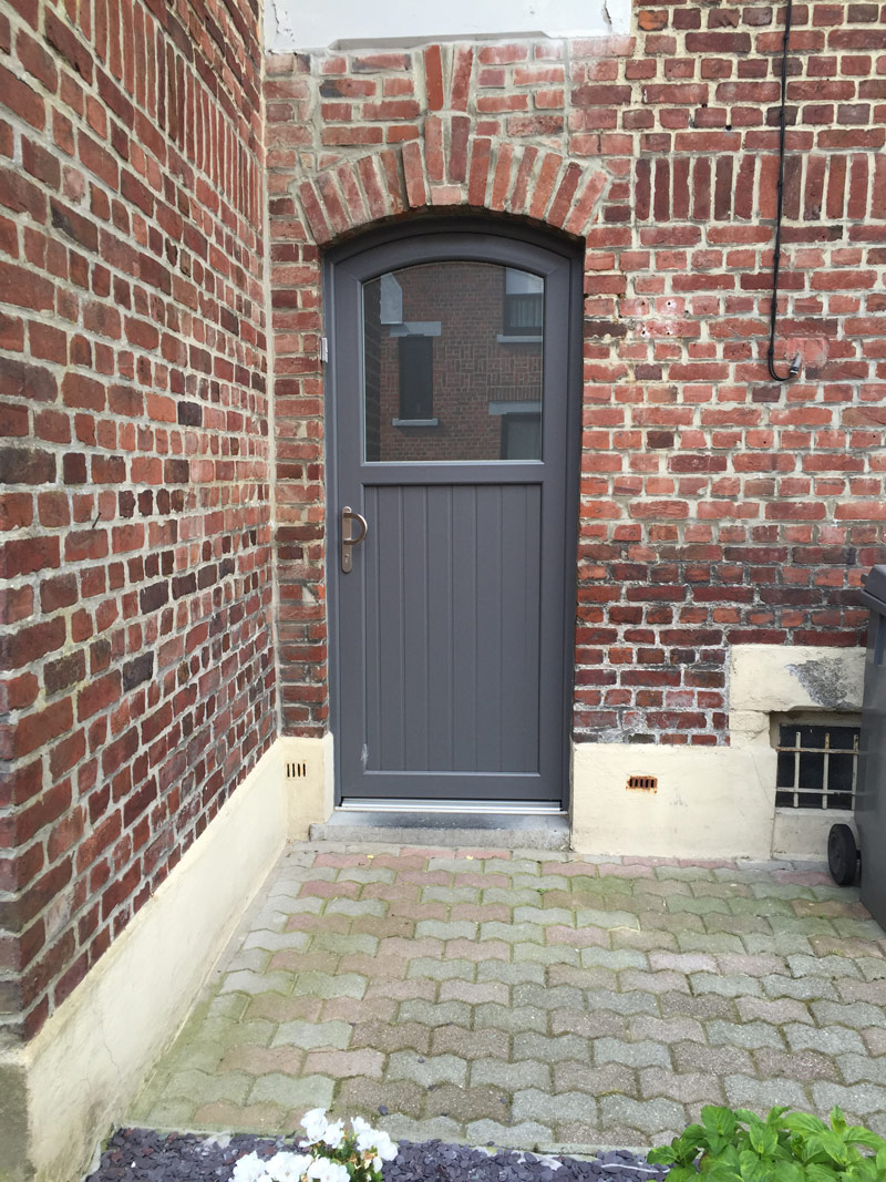 installateur de porte en couleur classique