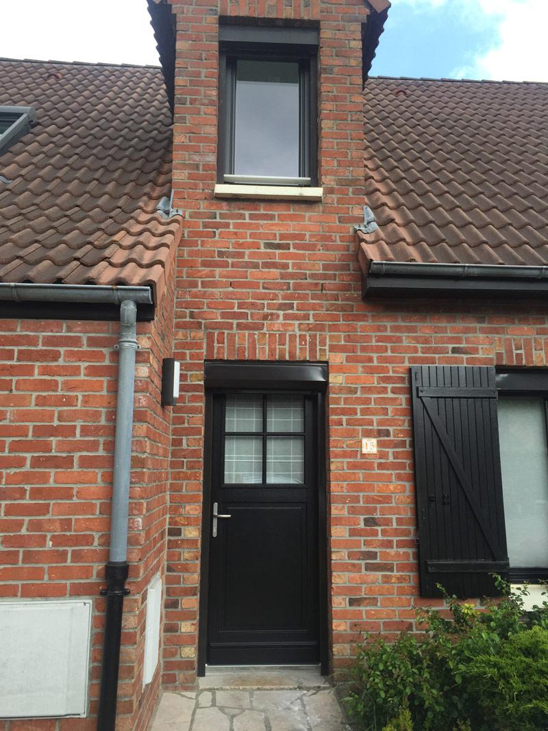 maison classique avec porte et volets classiques