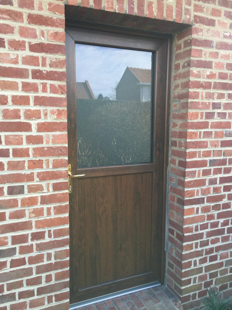 petite porte avec vitre, le tout en bois traditionnel