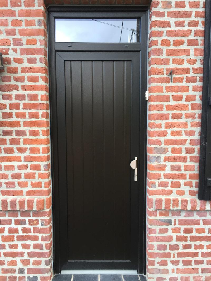 porte pleine noire et traditionnelle