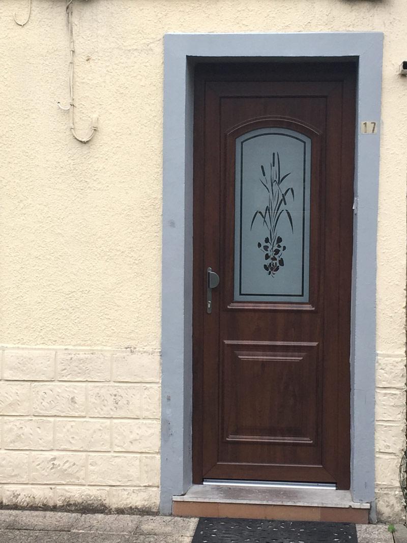 porte maron classique avec dessin sur la vitre