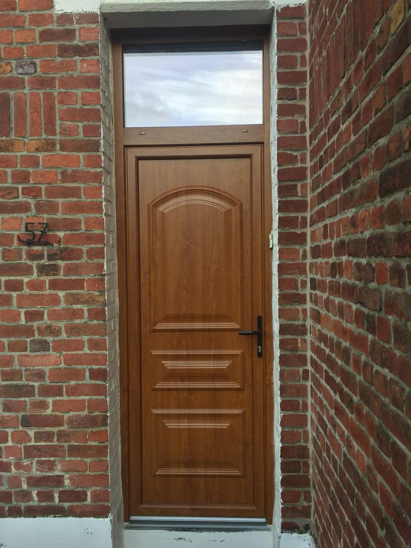porte en bois classique avec une ouverture vitrée lumineuse