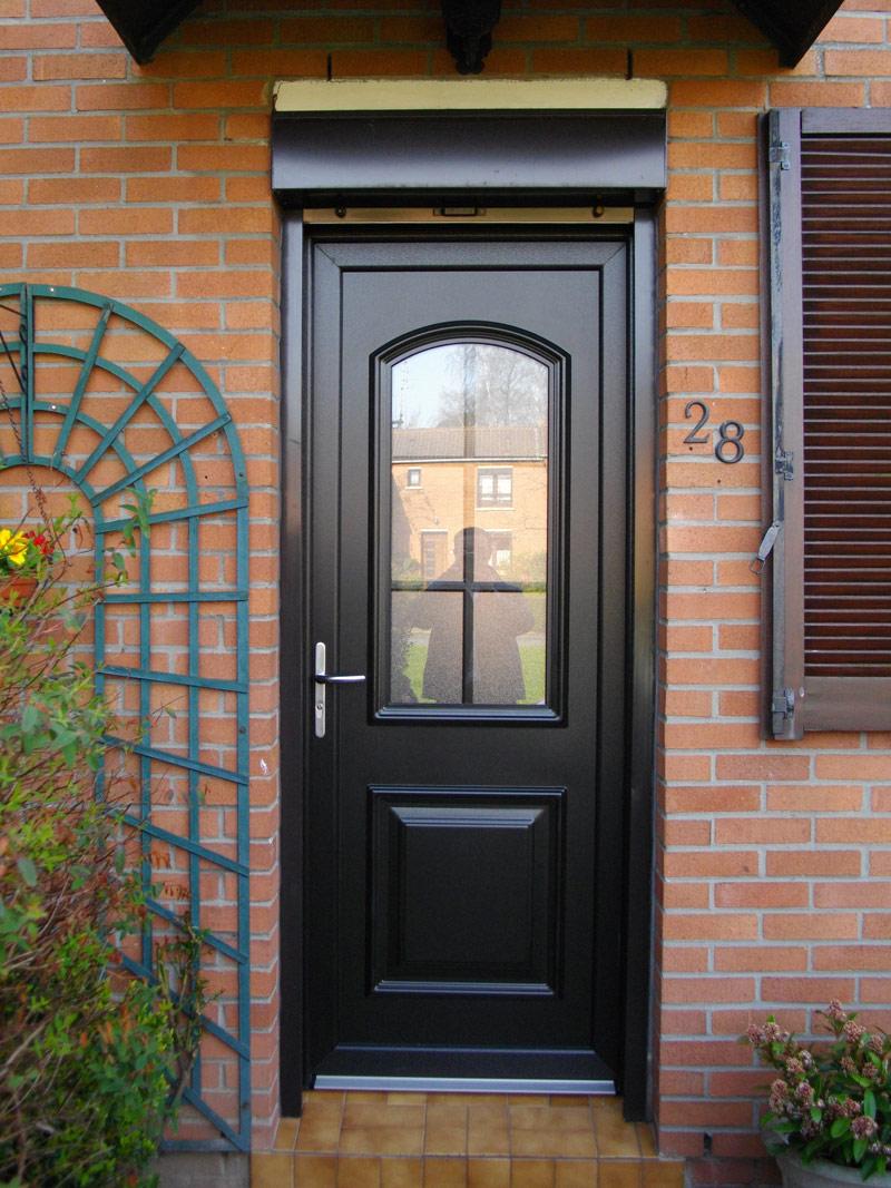 pose de porte classique avec ouverture centrale en bois et store