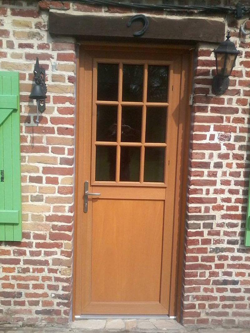 petite porte en bois discrète