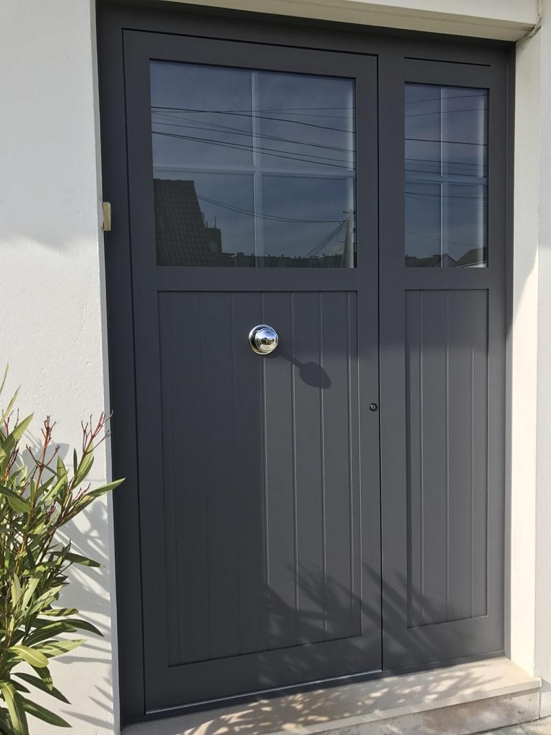 belle porte d'entrée sécurisée et classique