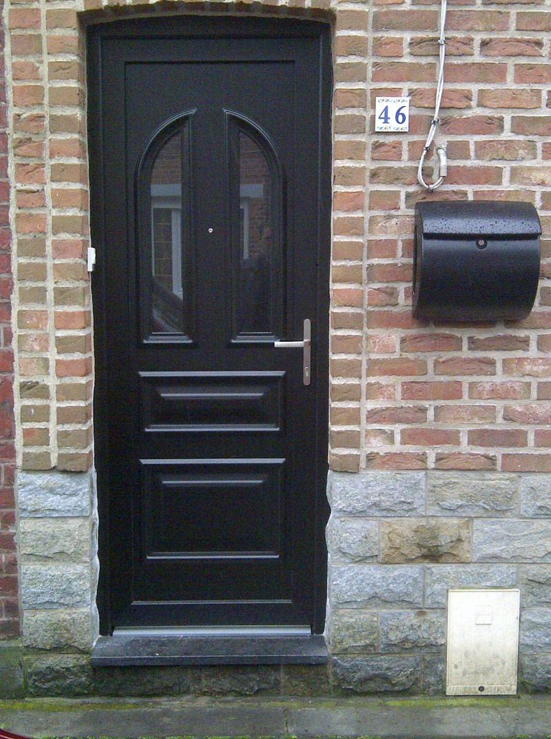 pose de porte en bois noir avec boite aux lettres