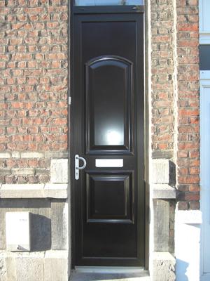 porte de bois noir en ville de style classique