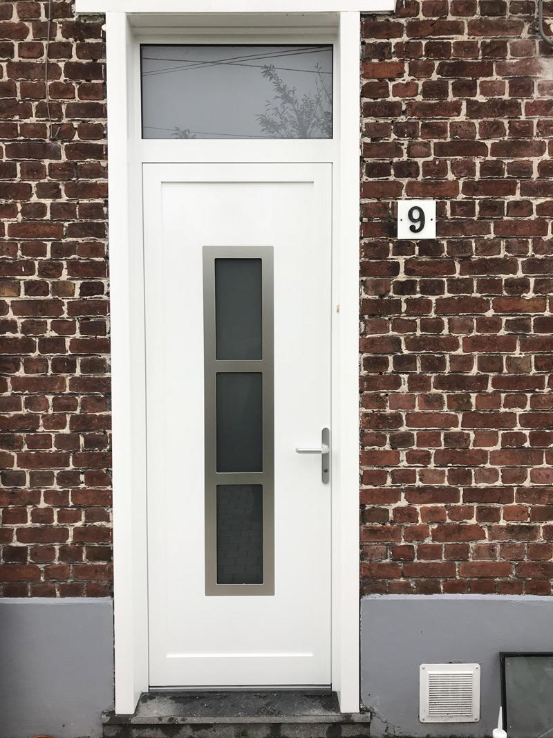porte d entree blanche et briques rouges