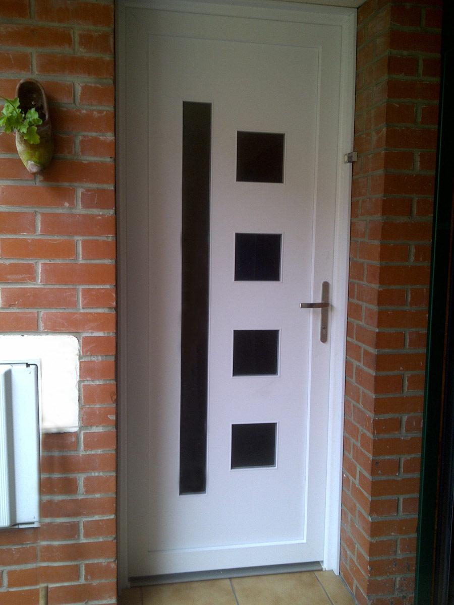 porte moderne blanche vitree