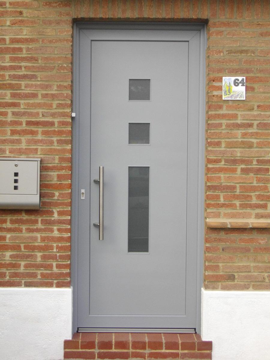 porte grise avec petites ouvertures