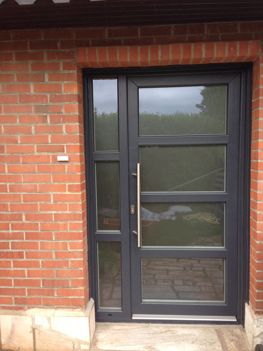 belle porte avec vitres en aluminium