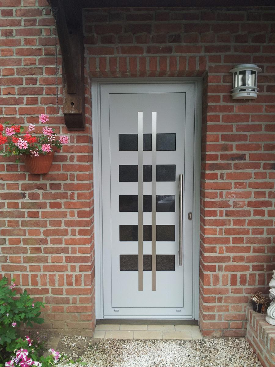 porte blanche et barre d'entrée