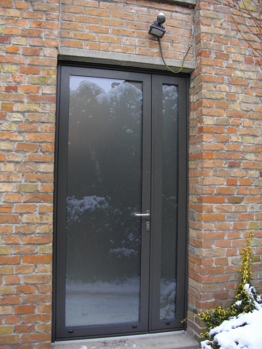 porte de couleur grise avec vitre