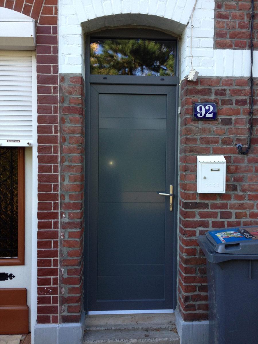 pose de porte d'entrée de maison de cité