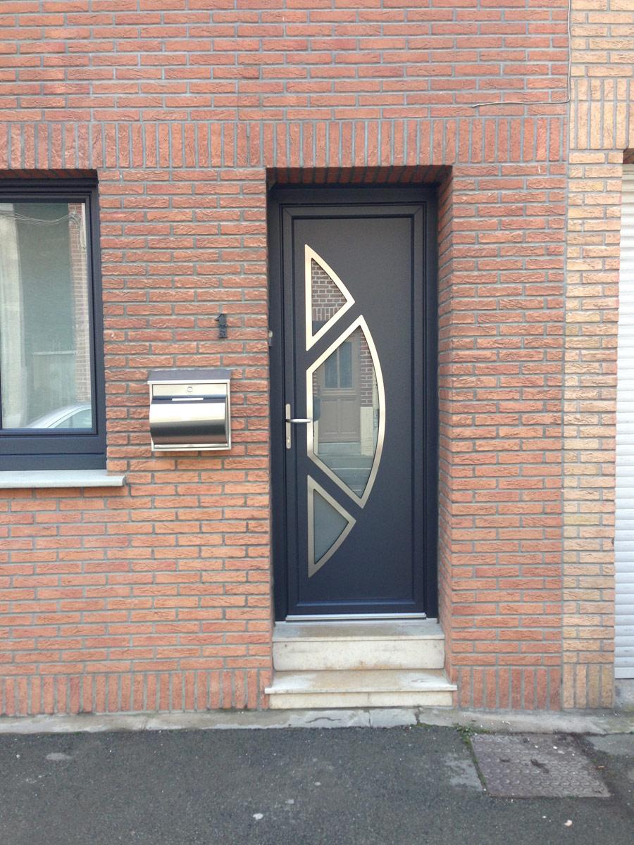 porte grise avec vitrage design