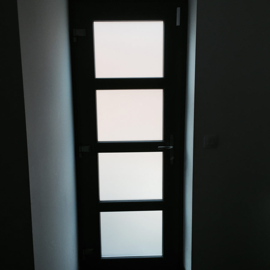 effet del umière d'une porte vue de l'intérieur