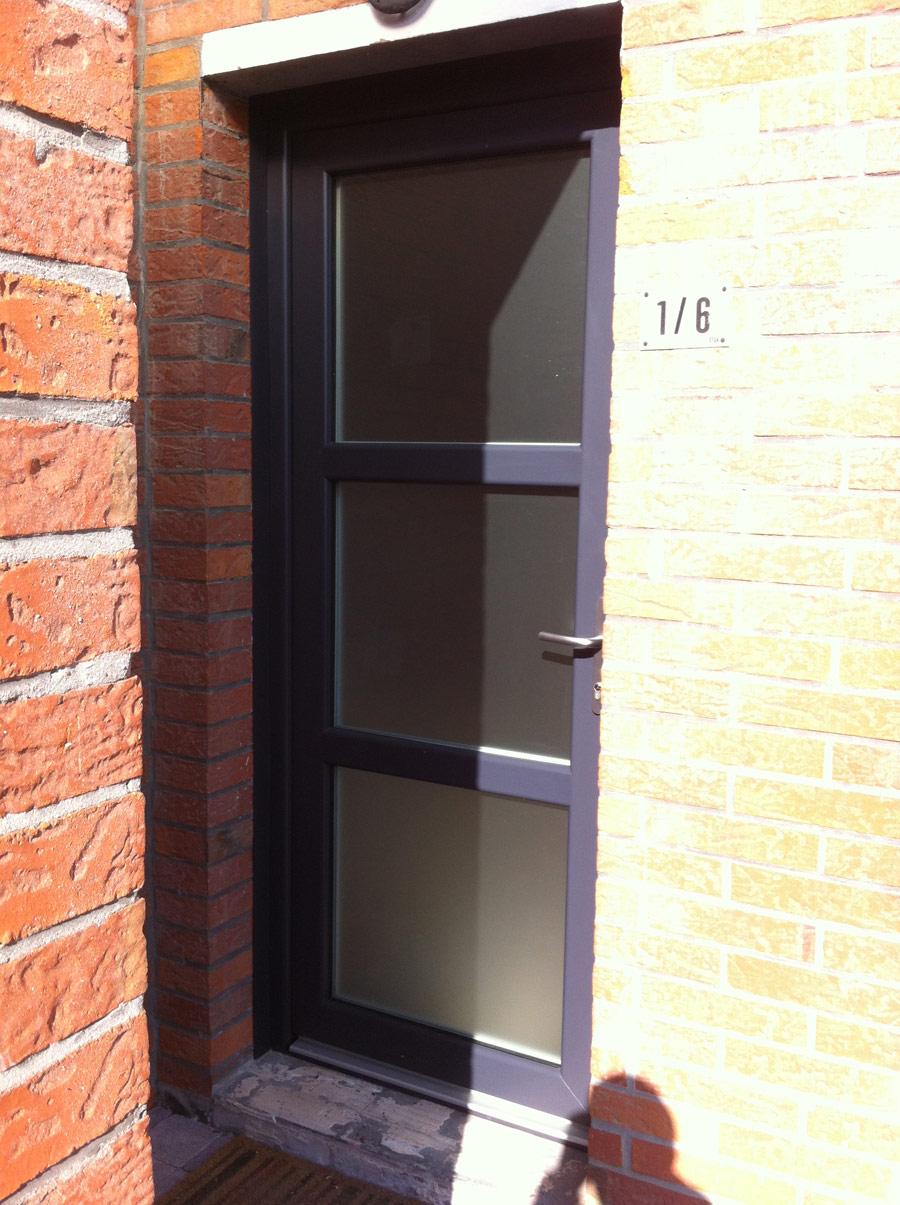porte d'entrée moderne avec vitres opaques