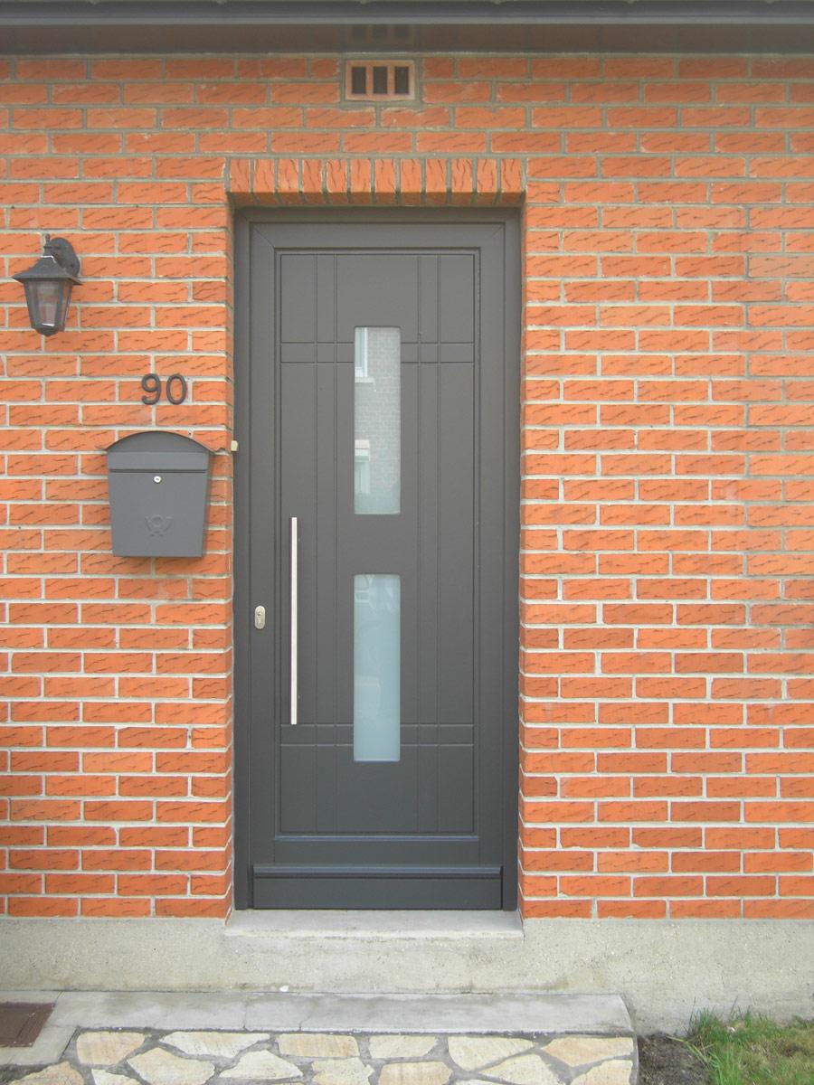 pose de porte d'entrée grise avec barre de retenue