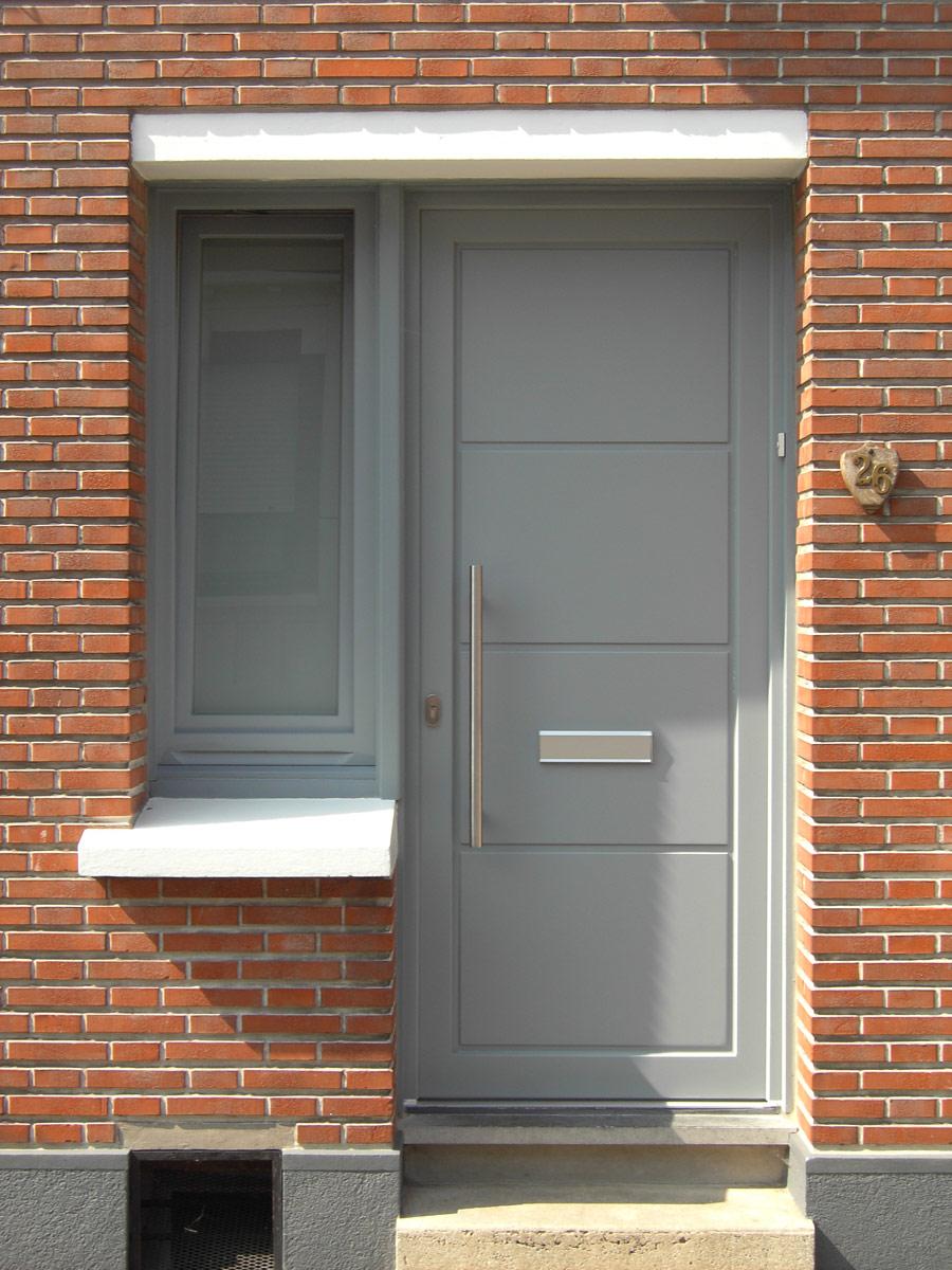installationd e porte grise avec ouverture pour le courrier