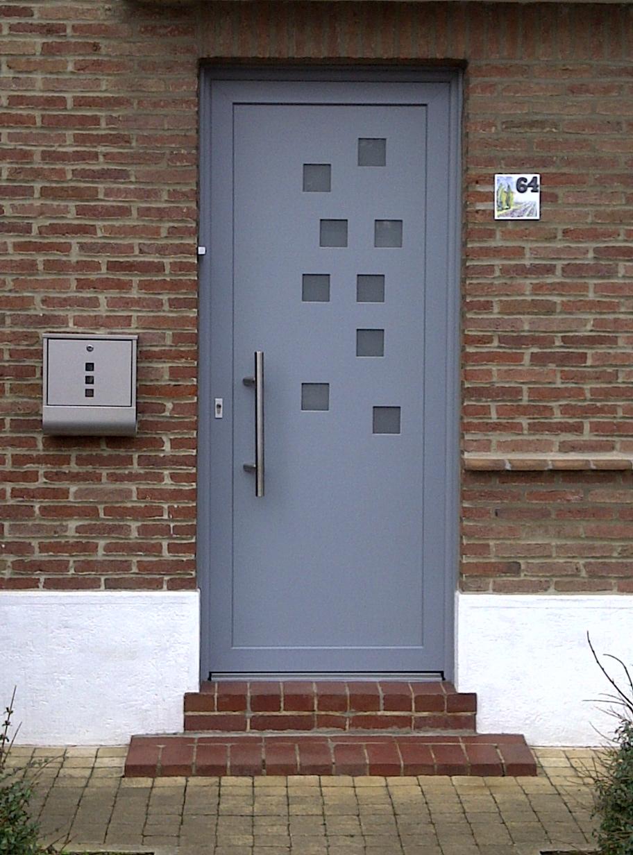 entrée de porte grise moderne rénovée