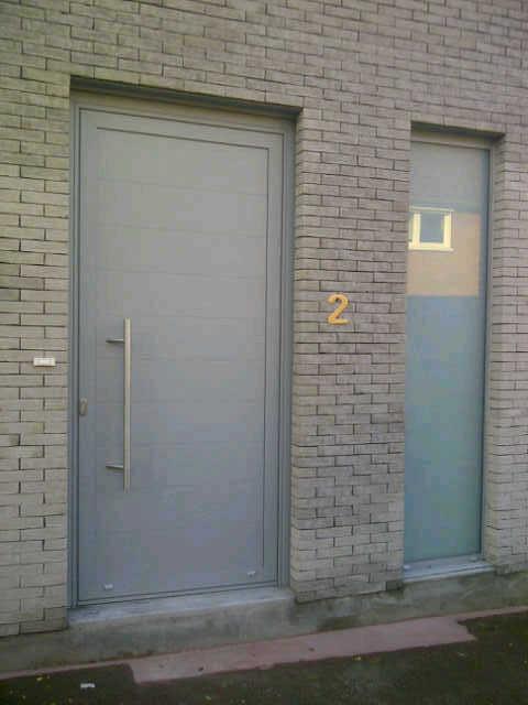 entrée de porte rénovée dan une cité