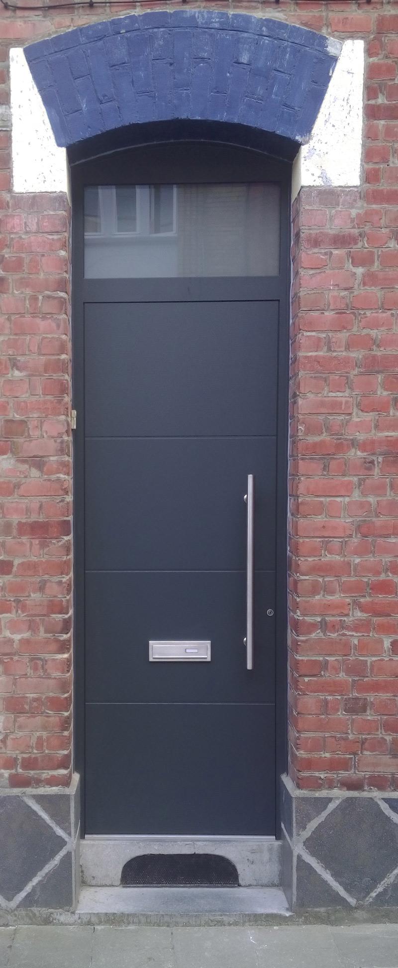 porte d'entrée noire en pvc