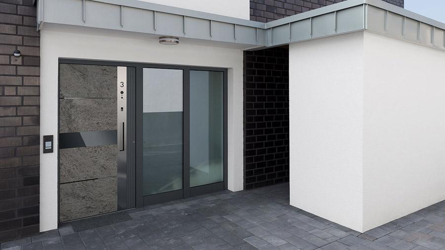 maison moderne avec porte biométrique