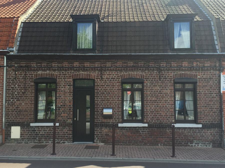 maison rénovée traditionnelle avec ouvertures bois