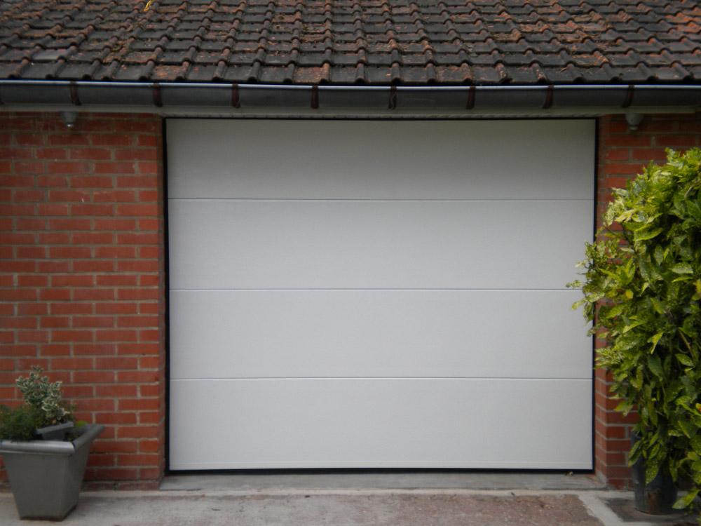 garage à porte blanche