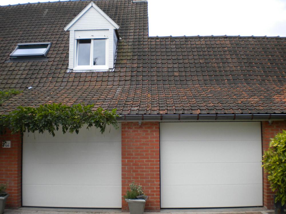 garages doublés avec des portes blanches