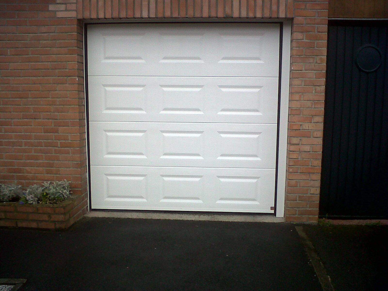 porte blanche de garage rénové en pvc