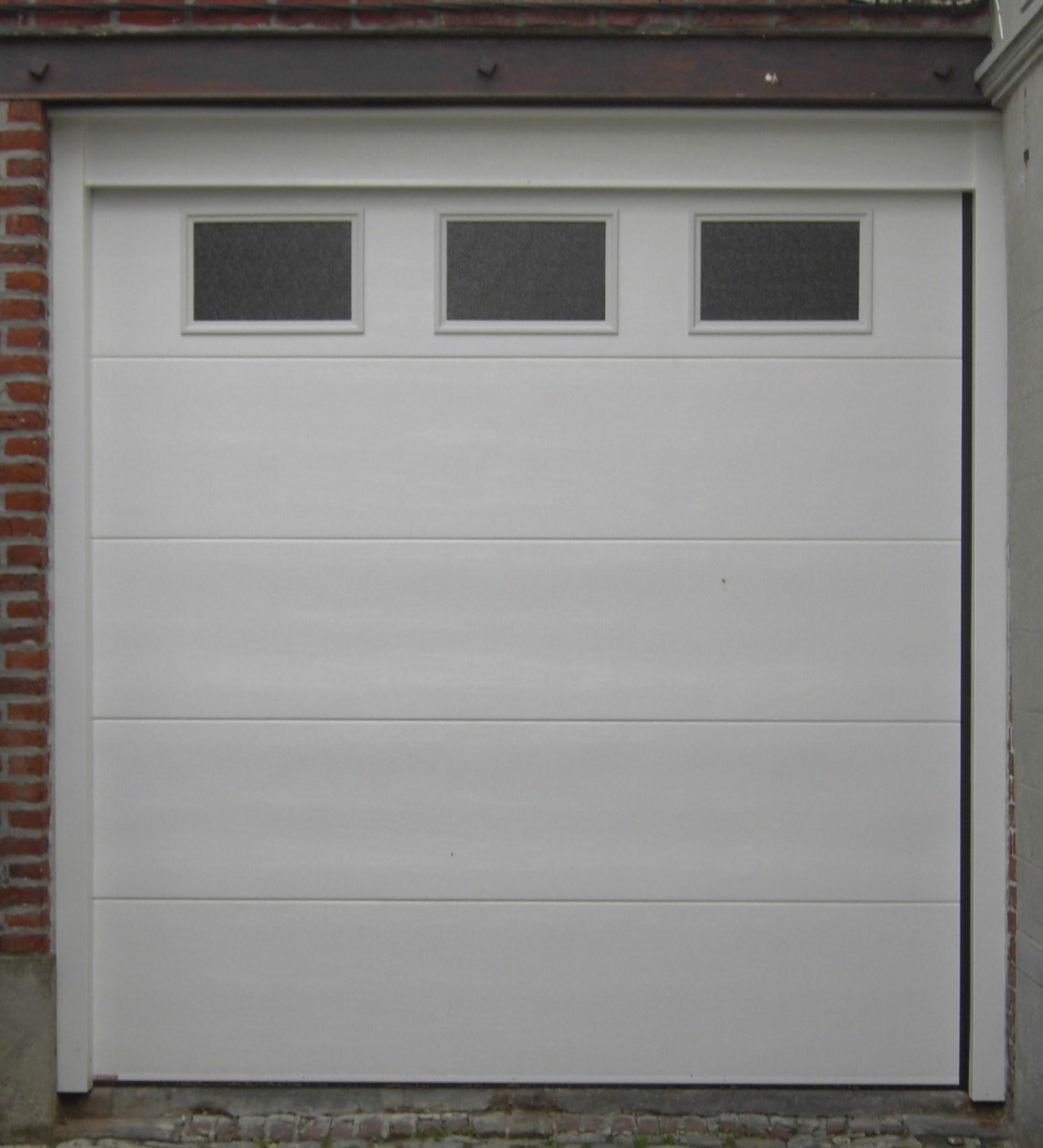 porte de garage blanche avec trois fenetres