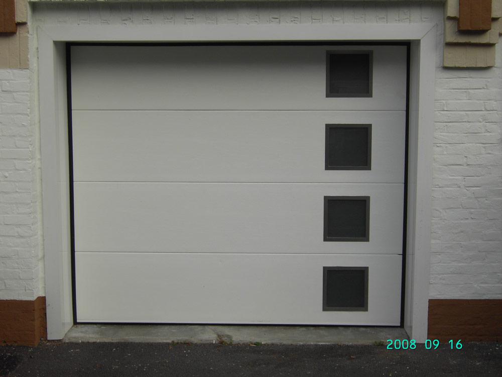 porte de garage blanche avec petites fenetres d'ouverture