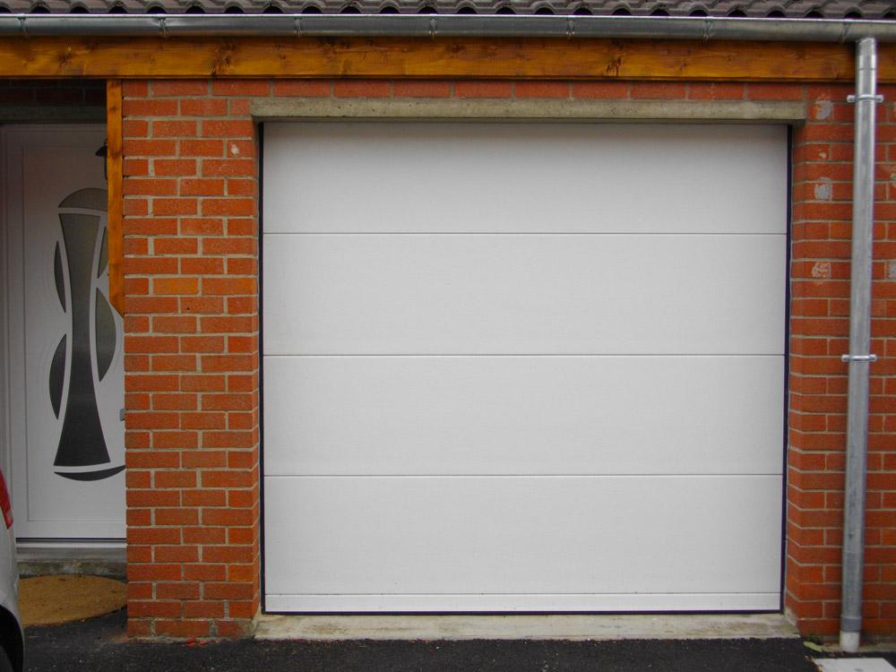 porte blanche de garage traditionnel