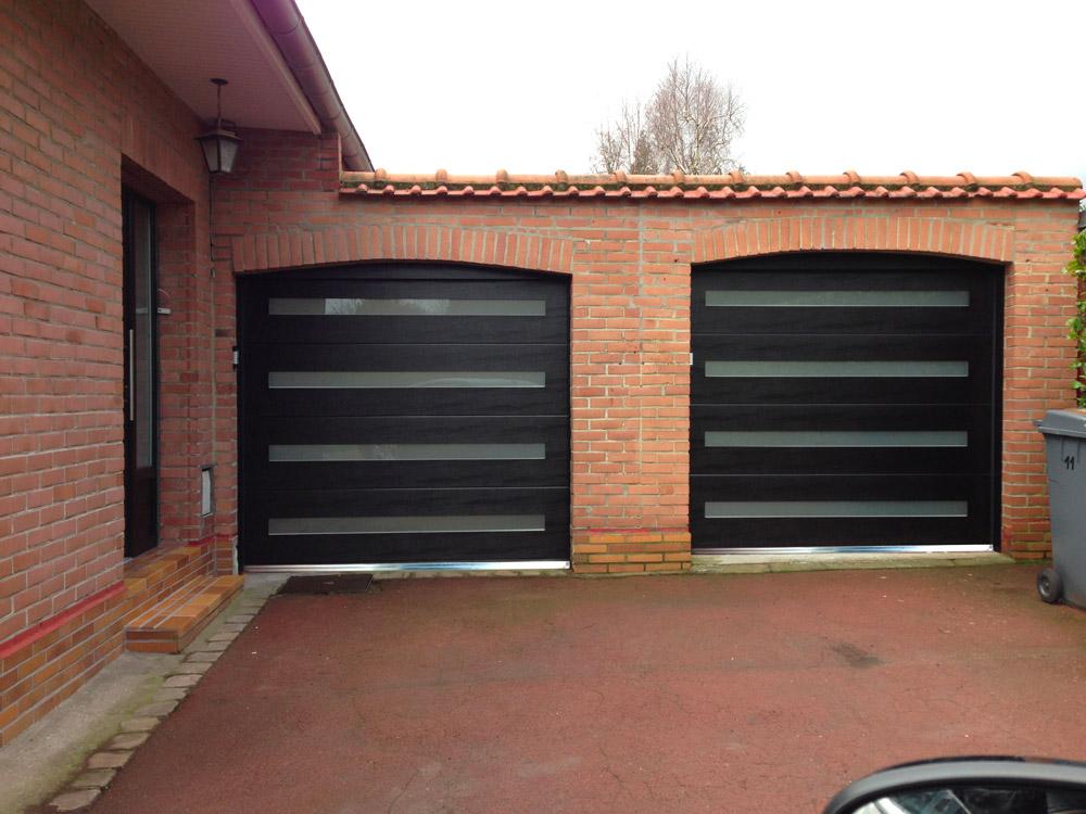 deux belles portes de garage et briques