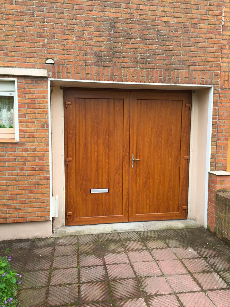 pose de porte en bois pour une entree