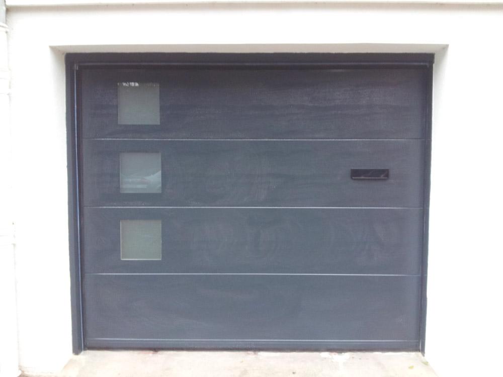 porte de garage grise avec boite aux lettres