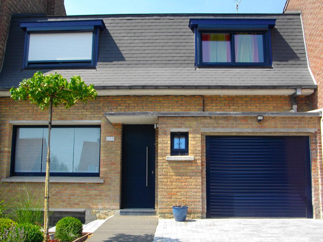 maison aux volets et portes bleues